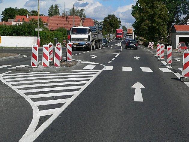 POZOR NA PŘECHOD! Se stavbou přeložky v Soběslavi souvisí dopravní změny na E55. Řidiče může překvapit nový přechod pro chodce, kvůli dělícímu ostrůvku zúžená vozovka.