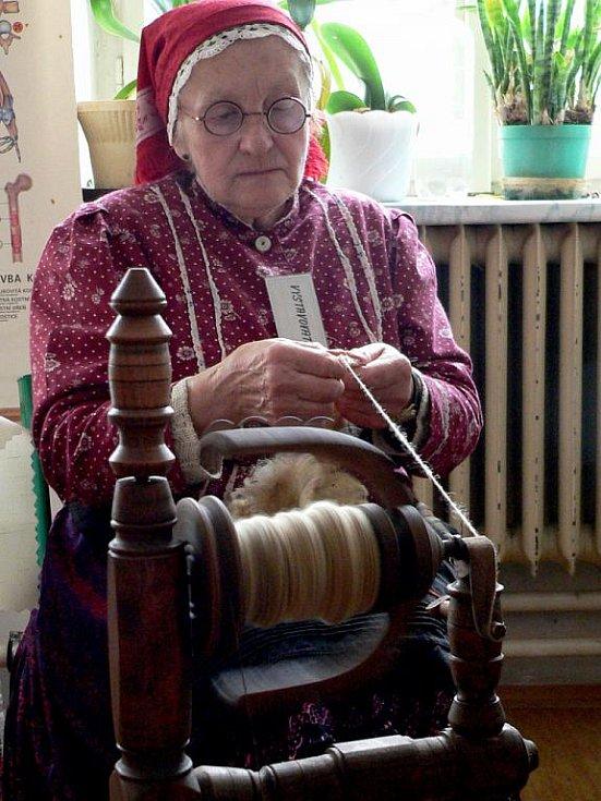 Marie Šťastnova z Prčice s kolovratem předvedla své umění na velikonoční výstavě v Borotíně.