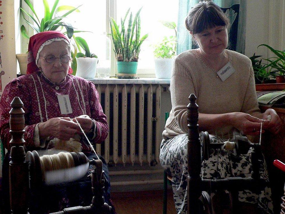 Marie Šťastnová z Prčice a Milena Belšánová (vpravo) u kolovratu na velikonoční výstavě v Borotíně.