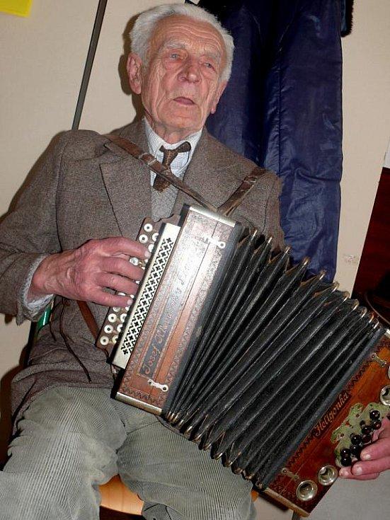 Heligonkář Jan Křemen zahrál na velikonoční výstavě v Borotíně.