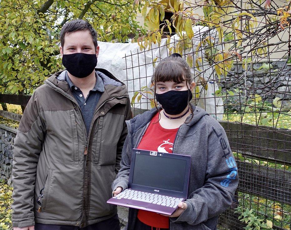 Lukáš Vašíček při předání jednoho z notebooků, které budou sloužit ke školní online výuce.