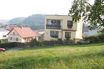 Tyto domy dnes stojí v místech, kde byl dříve dům č.p. 6 - ovčín. Za domem s lešením je vidět malá stodola, snad pozůstatek ovčína.