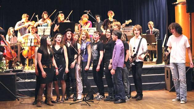 Music Stars má pětadvacet členů. Na pódiu se při některých z hitů sejde najednou i šestnáct z nich. Na fotografii zpívají Boty proti lásce.
