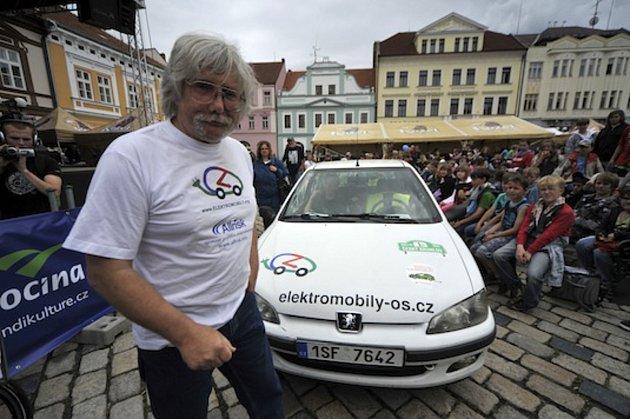 1) Jaromír Vegr, původně učitel fyziky a dílen na základní škole vSedlci-Prčici, propadl před pětatřiceti lety kouzlu elektrického pohonu. Nyní vlastní přes 30elektromobilů, zabývá se jejich vývojem a současně je ipředsedou Asociace pro elektromobilitu
