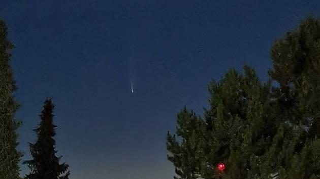 Jde o kometu, která se opět vrátí až za 6766 dní a na severní obloze je viditelná kolem třetí hodiny ranní.
