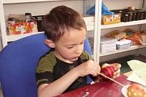 Děti malovaly velikonoční kraslice v Domově dětí a mládeže v Táboře