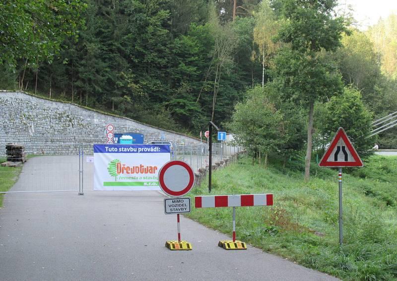 Stádlecký most od roku 1975 spojuje břehy řeky Lužnice u městyse Stádlec a obce Dobřejice. Poslední dochovaný empírový řetězový most u nás původně překlenoval Vltavu u Podolska. Nyní se dočkal celkové rekonstrukce.