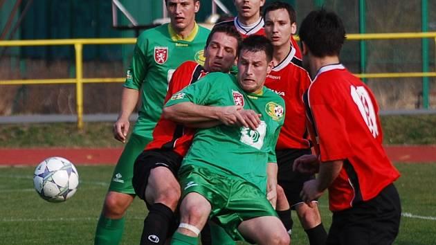 Fotbalisté Veselí nad Lužnicí zatím na jaře vyválčili dvě remízy (snímek je z jejich minulého souboje v Prachaticích). Odnese jejich touhu po prvním vítězství silný Jankov?