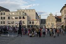 Komedianti v ulicích Tábora.