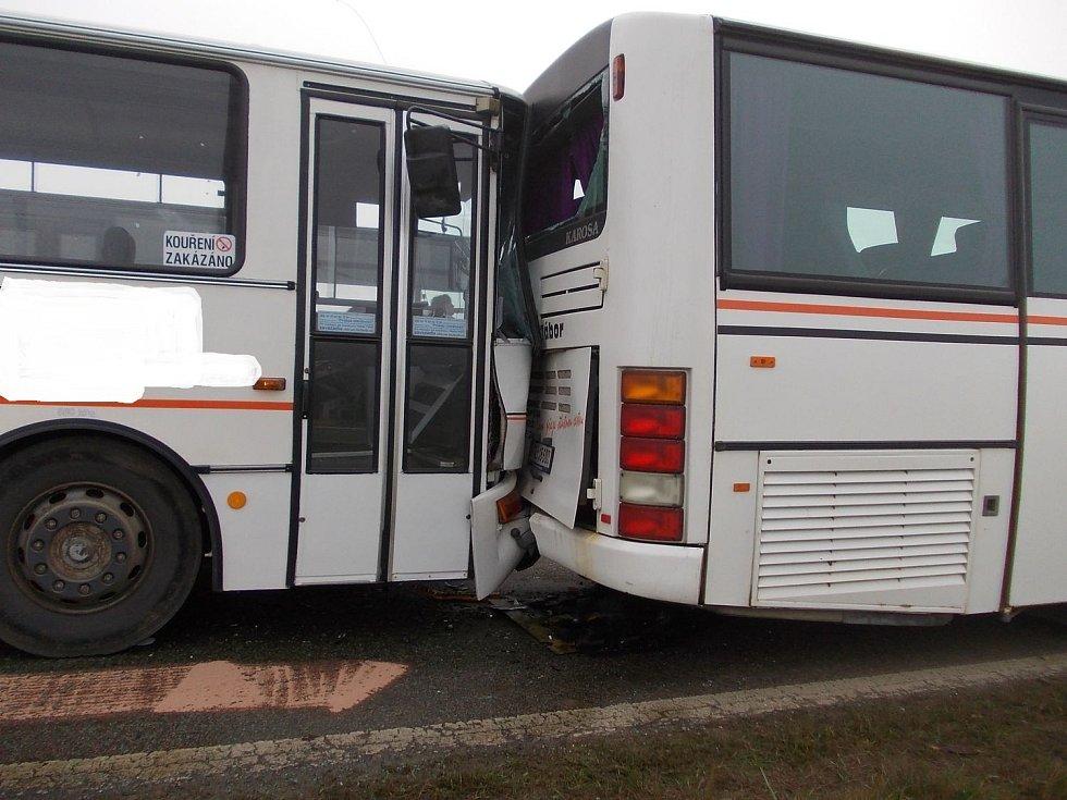 Za Košínem ve směru na Chotoviny se ráno srazily tři autobusy