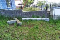 Opilý muž v Chotovinách vylezl na betonový kříž, který na něho spadl.