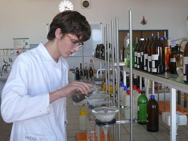 Žáci Střední odborné školy ekologické a potravinářské ve Veselí nad Lužnící zkoumali kvalitu zemědělské půdy.