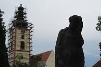 VĚŽ. Finanční dar, koupě pozemků a hřbitova v hodnotě 1,7 milionu mají dofinancovat rekonstrukci kostela.