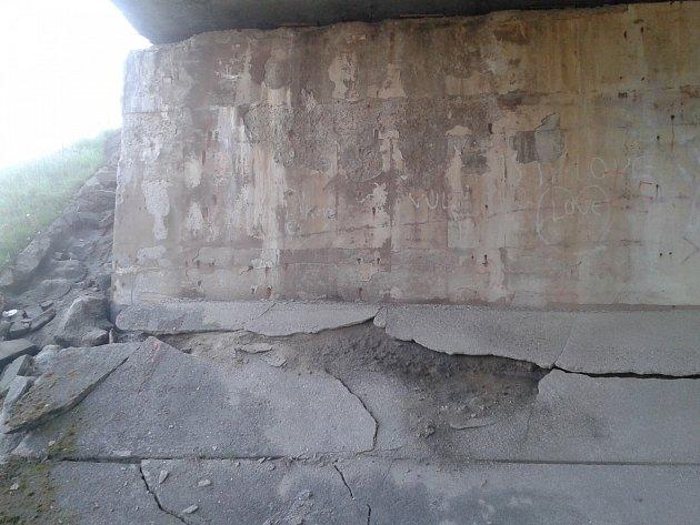 Na to, že by si viadukt v Čekanicích zasloužil pozornost Ředitelství silnic a dálnic, upozornili místní. Ve stavbě jsou již pukliny a přitom po ní vede nájezd na táborský obchvat a současně dálnici D3.