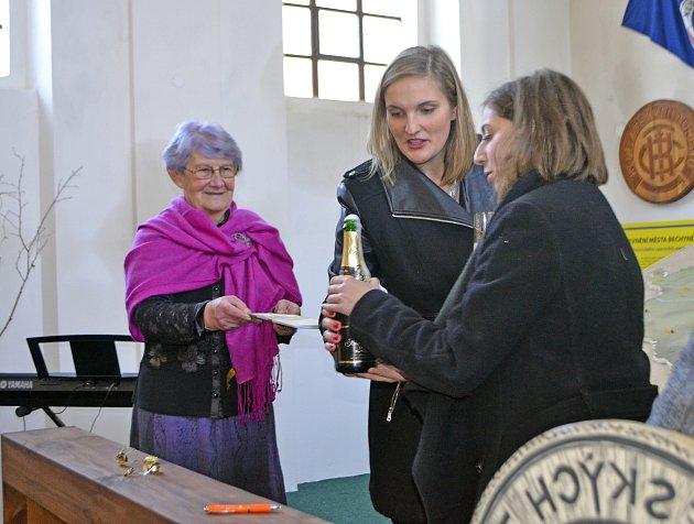 Knihu pomohly Jiřině Trčkové pokřtít vnučky Kristina a Lea.