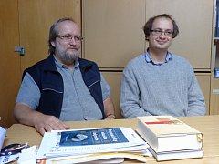 Na fotografii vlevo Václav Jelínek, vpravo Petr Šťovíček z Blatského muzea.