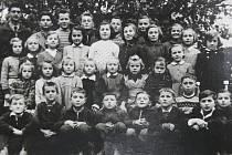 VZPOMÍNKA NA ŠKOLU. Na snímku jsou makovské děti ze zdejší školy narozené v letech 1947 –  1951. Nechybí ani Jiří Máchal (spodní řada, druhý zprava).