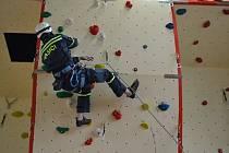 Nová lezecká stěna pro sportovní i technické lezení byla včera otevřena v požární stanici v Táboře. Cvičit na ní budou profesionální i dobrovolní hasiči.