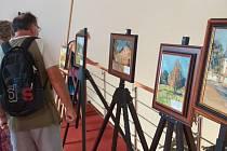 Malíř Ladislav Kulhavý v Galerii Záliv v Bechyni