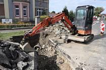 V Táborské ulici v Mirovicích se opravuje kanalizace.