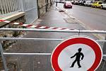 Část chodníků v Budějovické ulici v Táboře je uzavřena kvůli popadaným střešním taškám.