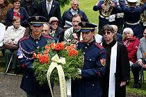 Edvard Beneš by dnes oslavil 130. narozeniny. U vily mu položili věnec ke hrobu