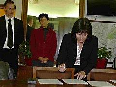 Smlouvu podepisuje Radka Maxová z ANO 2011.
