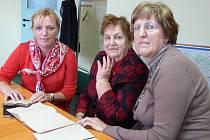 VE STOPÁCH ZAKLADATELE. Věra Hejná se svými dvěma dcerami  – Jarkou Helclovou (vlevo) a Věrou Skalákovou (vpravo) nejenže vedou podnik Františka Hejného, ale nahlédly i do jeho válečných deníků.