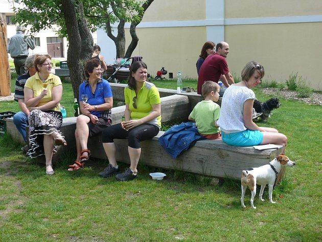 Do nadějkovské Farské zahrady zavítaly včera desítky lidí. Byla pro ně připravená slavnost i beseda o zdejším zámeckém parku.