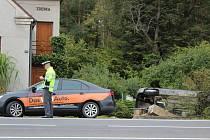 Auto spadlo až do zahrady u silnice.