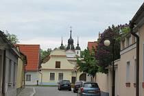 Darem je budova čp. 321 kostel sv. Michaela, nemovitá kulturní památky z vlastnictví Římskokatolické farnosti Bechyně včetně nádvoří.