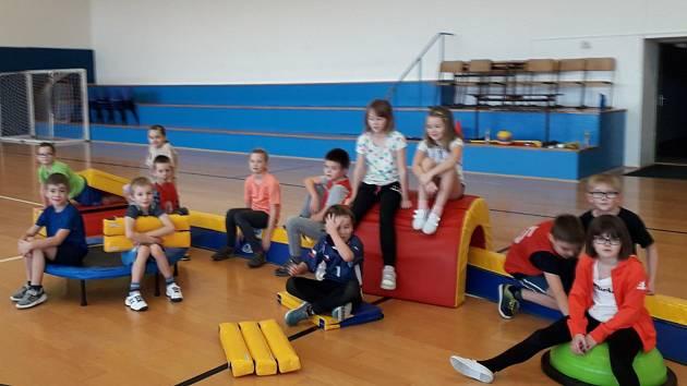 Děti, které mají zálibu ve sportu, se schází o sobotách s vychovatelkami v ZŠ Helsinská.