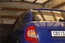 Modrá Škoda Fabia - v posledních dnech nejhledanější auto v Táboře.