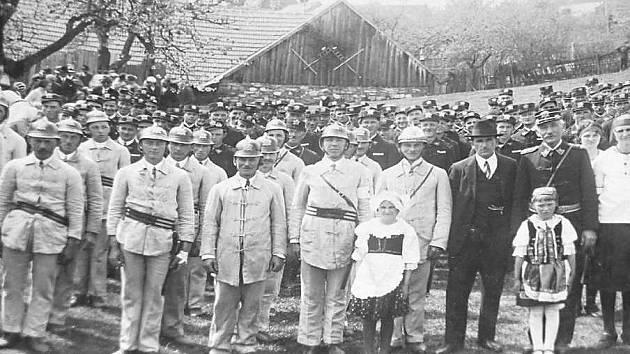 HASIČI. Na snímku je historická fotografie dolnohořických hasičů, kteří se zvěčnili s dětmi v kroji.