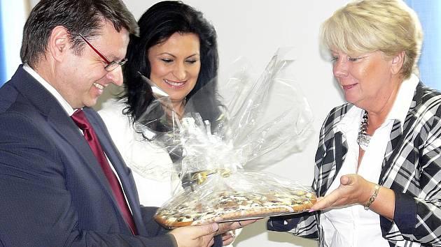 Kromě certifikátu CZECH Stability Award převzal Ivo Houška i koláč od náměstkyně Ivany Stráské (zprava). Uprostřed je zachycená místopředsedkyně představenstva nemocnice Jana Chocholová.
