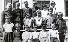 Fotografie zachycuje jednotřídku ve školním roce 1968/69. Po levé straně stojí učitelka Novobilská.