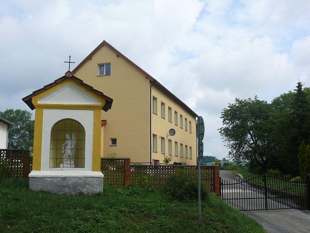 Nová budova školy, která slouží jako penzion