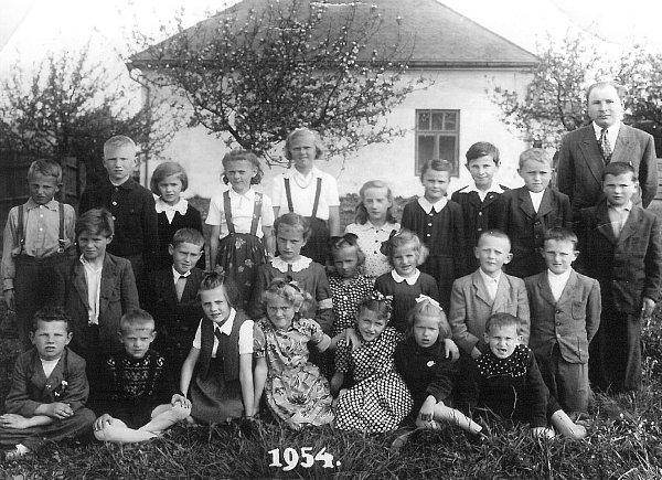 VROCE 1954.Na snímku zroku 1954je sdětmi iučitel Jan Lukáš.