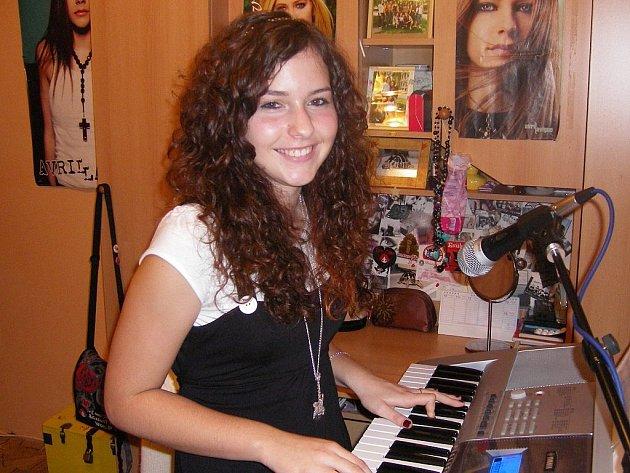 ROCKERKA. Tereza Žďánská (14) je za klávesami jako doma, ale ještě raději by na pódiu excelovala se sólovou kytarou.