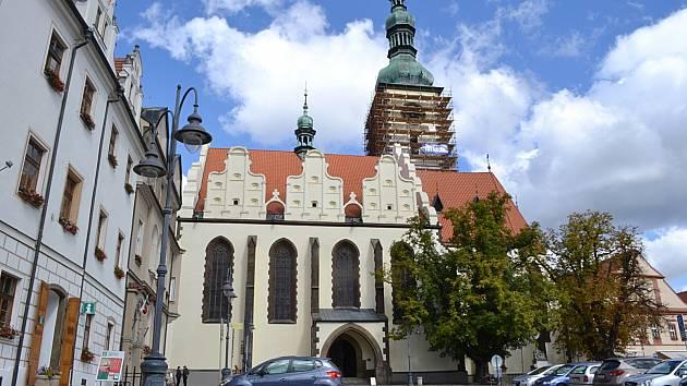 Oprava fasády věže děkanského kostela v Táboře.