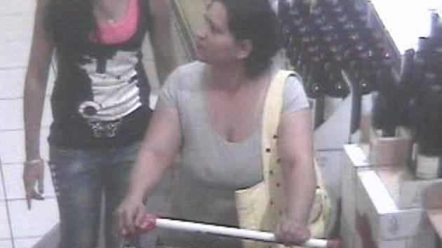Po této ženě pátrá policie. Nakupovala v táborském Intersparu a zboží z košíku chtěla ukrást