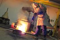 1) Třicetiletý Michal Votruba z Myslkovic je jedním ze čtyř mistrů zvonařů v naší republice. Navíc samouk. Ve své domácí dílně se věnuje nejen výrobě nových zvučných kostelních nástrojů, ale také renovaci historických zvonů. Každý zvon je podle něj unikát
