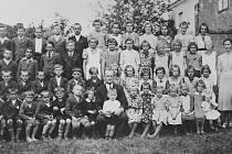SNÍMEK připomíná  školní rok 1940. Josef Milka byl v té době v první třídě.  Sedí v dolní řadě, pátý zleva. Milada Pešková je uprostřed, hned za řídícím Ludvíkem Duffkem.