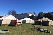 Hasičský záchranný sbor Tábor začal ve středu 8. dubna na stadionu stavět v první fázi dva stany pro muže a ženy, stan pro izolaci a stan jídelní.