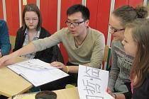 Ruiyun Lo děti učil psát i čínské znaky. Společně i vařili čínská jídla.