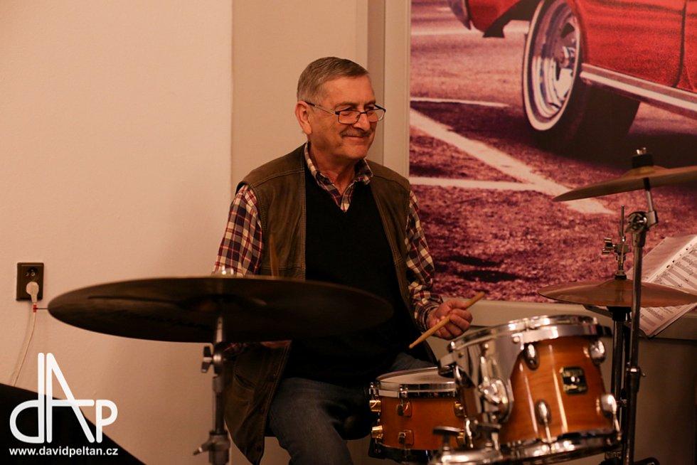 Do hudebního nebe odešla hrát další legenda, bubeník Ivan Smažík.