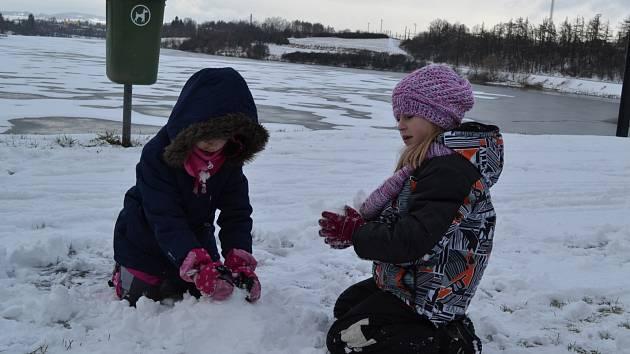 Dětem udělal nově napadaný sníh radost.