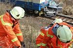 Na přejezdu u Horusic se střetlo osobní auto s projíždějícím rychlíkem. Řidič srážku nepřežil