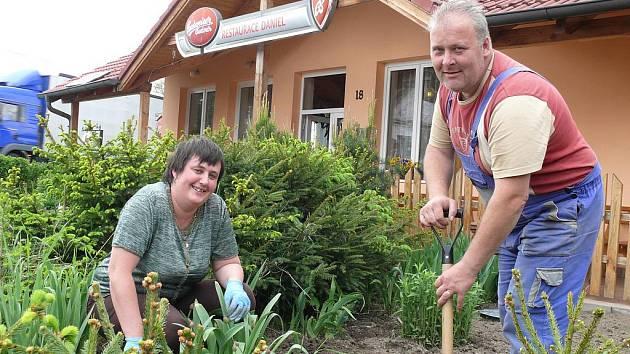Manželé Jitka a Daniel Míkovi žijí v příměstské části jen šest let. Přesto už se počítají mezi starousedlíky. Zájem o dění v obci přivedl Dana Míku do samosprávy.