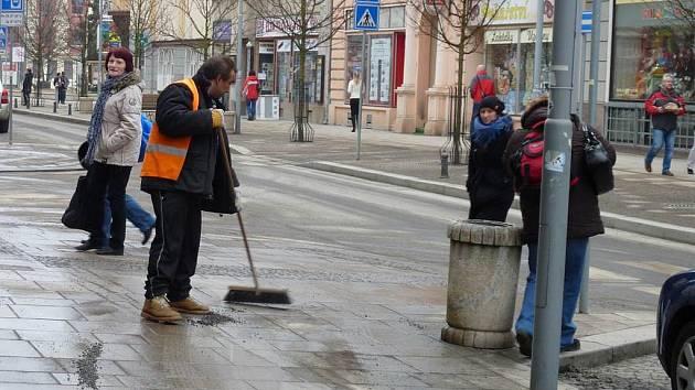 Jarní úklid začal ručním zametáním chodníků v ulici 9. května.